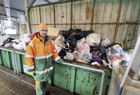 Rundt 50 prosent: Operatør Geir Johansen er temmelig sikker på at halvparten av en slik konteiner med restavfall kunne vært sortert. Til det beste for miljøet, og til det beste for kunden, som hadde sluppet med å betale det halve. Foto: Pål Nordby