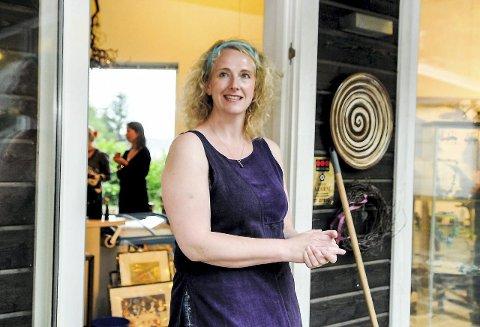 Knallfornøyd: Maja Flood har hatt en flott sommer i galleriet med godt besøk og en konsert der 200 mennesker samlet seg på gårdsplassen. Hun holder åpent hver søndag utover høsten. Arkivfoto: Flemming H. Tveitan