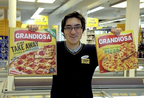 «Grandis»: I Norge spiser vi enorme mengder av dette produktet. Thomas Gevelt viser fram Norges mest spiste frossenpizza.  foto: Per Langevei