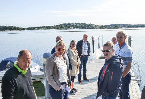 SIER JA: Et flertall av politikerne sier ja til en båtheis ytterst på denne brygga i Lahelleveien. Brygga eies av Erik Baust Berntsen (til venstre). Videre fra venstre: Kommunalsjef Torunn Årset, Arild Theimann (Ap), Karin Vabog Christensen (Ap), Lars Viggo Holmen (H), Harry Gran (FrP), Tor Steinar Mathiassen (H) og Trond Clausen (H).