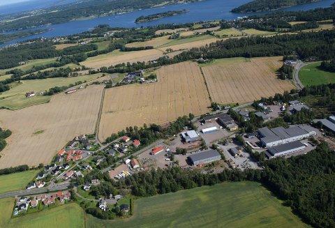 LILLEVAHRSKOGEN: På dette næringsområdet, halvannen kilometer sør for Stokke sentrum, kan det bli avfallsmottak. Tønsbergfjorden med øya Ravnø i bakgrunnen.