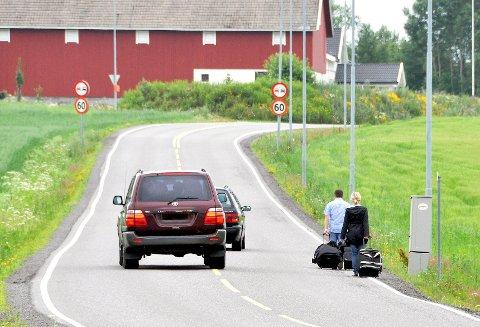 HAIKERE: Det er flest haikere på E18 ved Fokserød på grunn av flyplassen. Dette bildet av to turister med trillekofferter ble tatt på Torpveien ved en annen anledning.