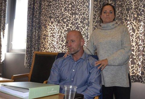 TØFF DAG: Stub Borettslag har stevnet Bjarne Johansen og Lene Brenna for retten, for deres hundehold. Tirsdag var de to på plass i Sandefjord tinghus. – Det skal bli godt å bli ferdige med saken, og vi er spente på hva dommen blir, sier de to.