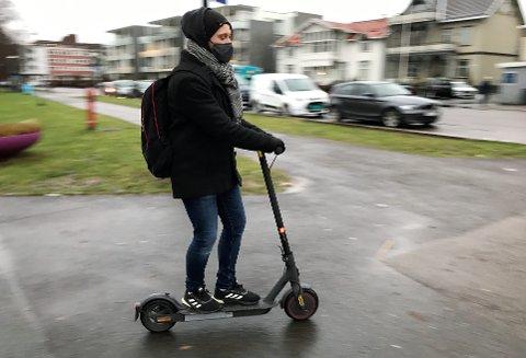 I FARTA: Marius Toresen Bjercke bruker elsparkesykkel året rundt. Han er fornøyd med at det kommer strengere regler for bruken av den.