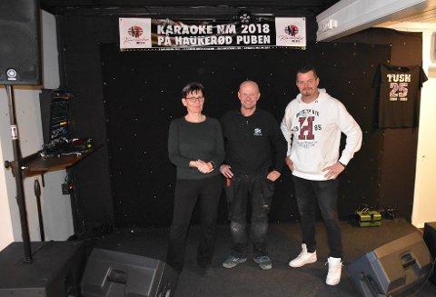 NYE TIDER: Daglig leder Trine Svendsen, eier Tom Hermansen og karaokevert Morten Vestlly digger den lokale puben på Haukerød. – Det er sosialt og et veldig trivelig sted å møtes, sier de. FOTO: Vibeke Bjerkaas