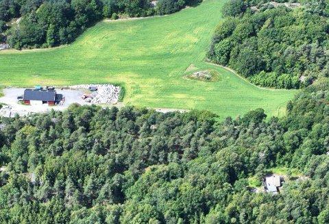STRANDSKOGEN: Planområdet består av 40 dekar i et småkupert område med skog og knauser mellom dyrka mark og eksisterende hyttefelt. Det ligger øst og nord for gården Hjelmby. (Illustrasjon: Asplan Viak)