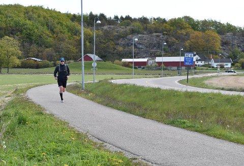 17. MAI 2020: Tore Sandnes løp «17.mairaton» med flagg i sekken fra Bogen til Sandefjord sentrum med retur. Avisa stoppet ham ved Gokstadhaugen. FOTO: Vibeke Bjerkaas