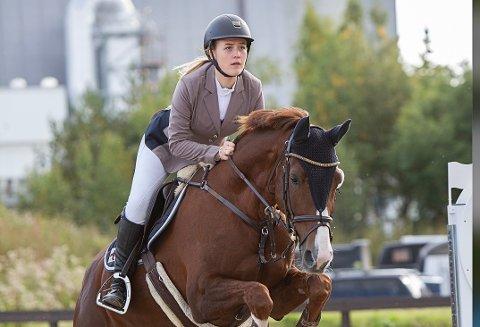 BEKYMRET: Thea Hawkins Jacobsen går andre året på hestelinja på Melsom VGS. Hun er bekymret for at skolen skal avvikle klassen hennes så hun ikke får fullført utdanningen.