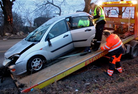 TRAFIKKUHELL: En personbil havnet på taket i Sandnesveien tirsdag morgen.