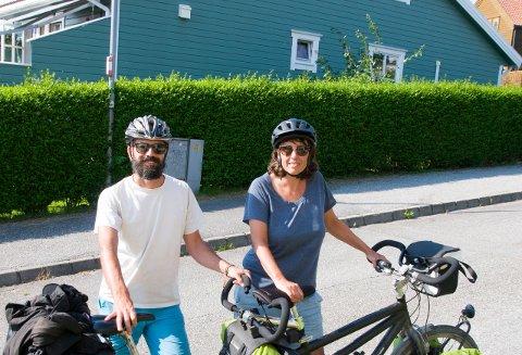 Paret fra Sveits har lagt bak seg 2500 kilometer på tandemsykkel.