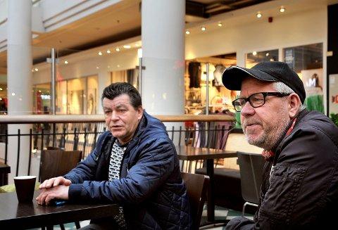 BARE SKRYT: Sarpingene Arve Johansen (tv) og Nils Petter Slettemyr roser Hans Majestet Kong Harald V opp i skyene i anledning 80-årsdagen hans.