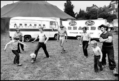 Før: 1978. Circus Arnardo er i byen, og på plass på sirkustomta i Korsgata. Teltet er satt opp, og det er tid for litt fotballmoro. Undertegnede har fotografert sirkus mange ganger, og har egentlig stor sans for denne type underholdning. Mye har endret seg siden 1978, med henhold til dyrehold f.eks. Jeg håper også at alderen på de som setter opp teltet har gått oppover. Ellers er jeg helt enig i teksten på en av bilene bak: Norges flotteste sirkus.