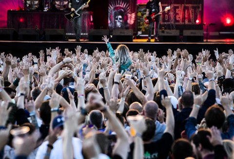 Publikum foran scenen idet Volbeat spiller på Tons of Rock på Ekeberg