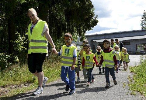 c2f3555f Ut på tur: I finværet tusler barna fra de seks forskjellige barnehagene i  Askim til