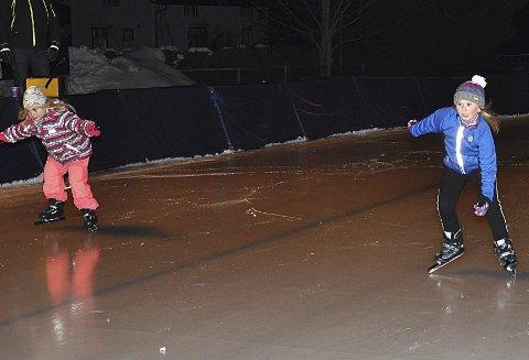 KNIVET: Andrine Raanæs-Tveter (t.h.) og Malin Myhrer kjempet hardt i starten på 100 meter.