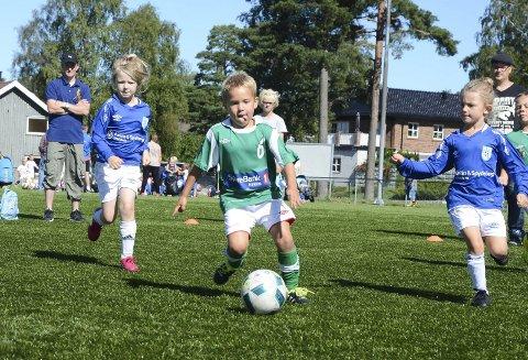 FOTBALLMORO: Lørdag braker fotballsesongen for alvor i gang for de lokale lagene fra 7 til 12 år. Da spilles Askim Cup.