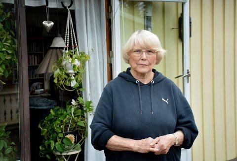 Marit Bjerka (75) ønsker å advare andre mot merkelige folk som reker rundt og kjenner på dører.