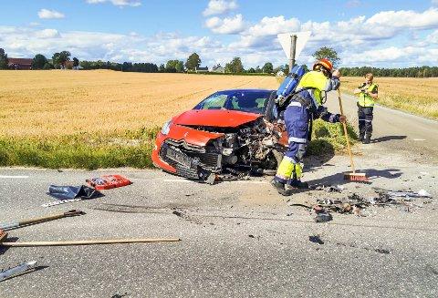 ULYKKE: Begge bilene hadde skade på venstre side. Lastebilen var tilsynelatende uskadd.