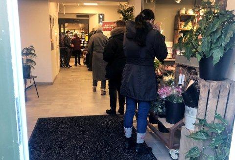 KØ: Det var kø på Vinmonopolet i Rakkestad lørdag.