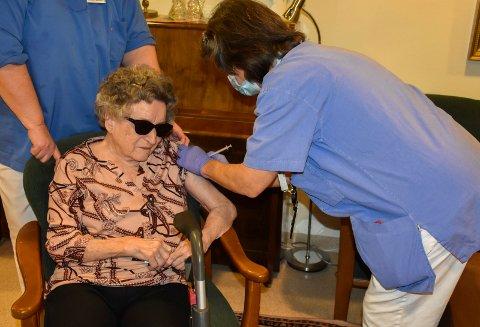 KORONAHJELP: Indre Østfold kommune søker etter helsepersonell som kan hjelpe til med vaksineringen. Her får Kirsten Dahl (93) den første koronavaksinen i kommunen av sykepleier Therese Jahrsen tidligere denne uken.