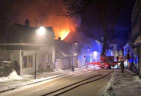 VEIT ÅRSAKA: Feil og aktlaus bruk av eit elektrisk apparat er årsaka til at Olsen-huset i Strandgata blei brannråka 8. februar.