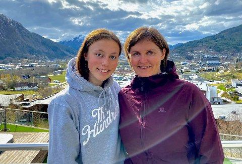 MØRKE SKYER LURER: Mor og dotter smiler, men bak lurer mørke skyer. Førde-jenta Ingrid Krakhellen (15) vil kombinera fotball og idrettsstudiar i Sogndal, men blir stoppa av nærskulepoeng og få plassar. – Dette er diskvalifiserande og diskriminerande, seier mamma Solrun Krakhellen.