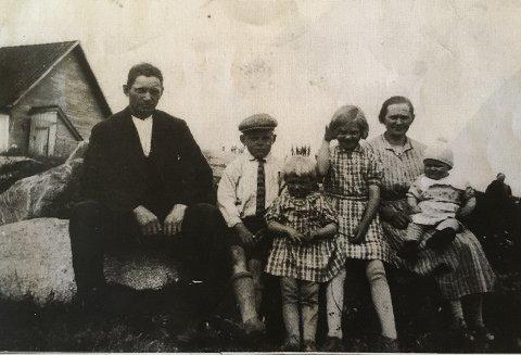 Bildet viser familien Ølberg fotografert noen år før krigen. I bakgrunnen står låven som tyskerne rev under krigen. Margot sitter som nummer tre fra høyre.