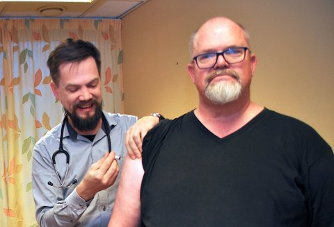 I HALLEN I ÅR: For to år sidan fekk rådmann Wictor Juul si influensavaksine på kommunehuset. I år må hjelmelandsbuar som er over 65 eller i ei risikogruppe til Hjelmelandshallen for å få sprøytestikket av Bjarte Sørensen neste veke.