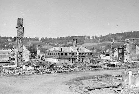 Klar for kondemnering: Mange mente at bygget bare kunne rives etter herjingene i april. Men det var lite tilgjengelig materialer etter krigen, noe som trolig var en av årsakene til at de valgte å benytte Kongens gate 7.