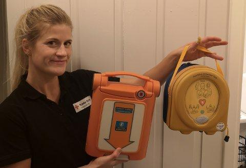 Allis Juel Angell, førstehjelpsinstruktør og sykepleier, minner om viktigheten av hjerte-lunge-redning og bruk av hjertestarter.
