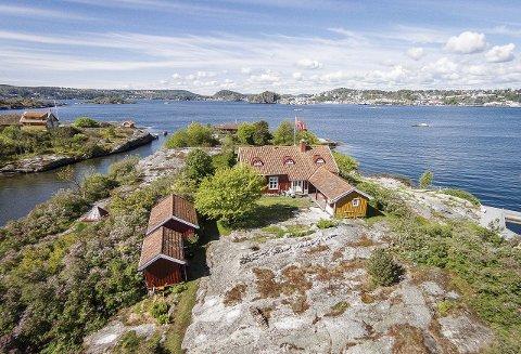 HASSELHOLMEN: For 28 millioner kroner kan man sikre seg en egen øy på 11 mål med to hytter, tre byggeanlegg og velfrisert vegetasjon.
