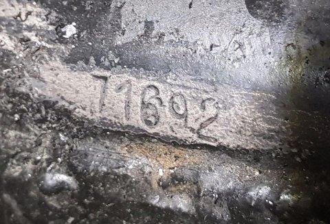 FRAM I LYSET: Chassisnummeret på den første Troll-bilen.