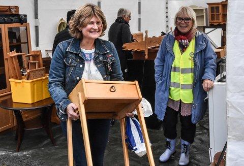 LITE BORD: Berit Valhovd kjøpte dette lille bordet på grunn av fabrikanten. Her sammen med Eldbjørg Haugen.
