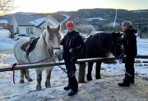 HEST ER BEST: Høgåsjentene Karoline Nordgår (12) og Emilie Karlskås (12) syntes riding er helt topp. En gang i uken får de låne Frøya og Svarten på Skogen.