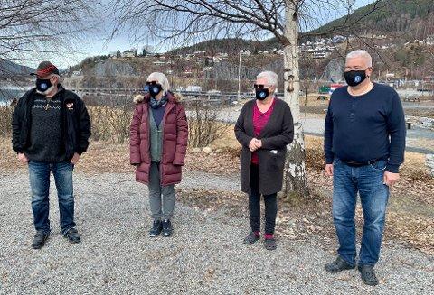 SMITTEVERN: Iført NFK munnbind forsikrer bobilturistene lokalbefolkningen om at også de er opptatt av koronareglene og smittevern. Det er ingen grunn til å frykte dem, sier de selv.  Fra venstre: Totto, Liv Tangen, Grethe Gudbrandsen og Øystein Bekk.