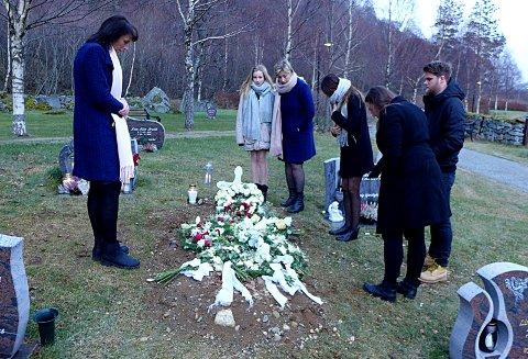 I SORG: Pårørende til Willy Henry Kleiven besøkte graven på julaften.  FOTO: KJELL O. HOLSBØVÅG