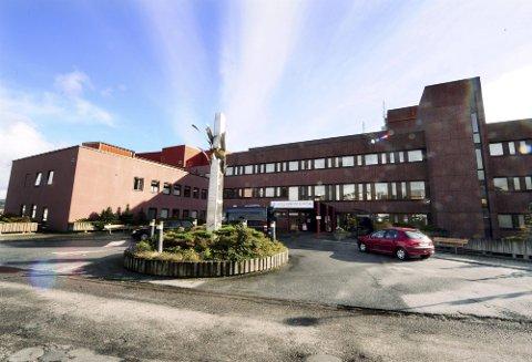 Det er spesielt sykehuset i Kristiansund som har det travelt. Der er alle isolat og smitterom i bruk.