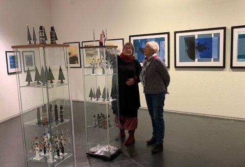 Anna Ingeborg Nordvik og Sissel beundrer dansk glasskunst