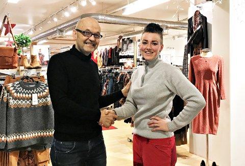 Butikkeier Geir Strand og styremedlem Gunn Helen Lystad, leder for Tunga Villmarksleir, gir hverandre et håndtrykk. 10 % av fredagens omsetning går til Tustna IL.