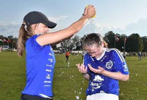 DUSJ: Ine Fiske sto klar med avkjølende dusj til Julie Hagen Eide og de andre spillerne på glovarme Ekeberg søndag.