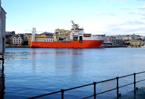 «Far Samson», som onsdag ligger ved Storkaia, er ett av de største offshorefartøyene som har vært innom havna i Kristiansund.