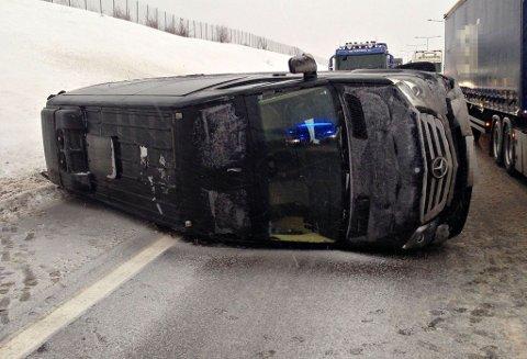 VELTET: Ingen ble skadet da denne minibussen veltet på E18 ved Flårtunnelen ved 13-tiden mandag.