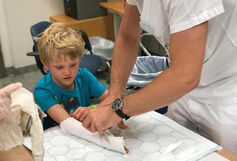 BRUKKET ARM: Håkon (6) hadde behov for å få gipset hele armen etter at han var så uheldig å brekke armen på ferie i Danmark. Å få legetime da de kom tilbake til Norge var ikke så lett.