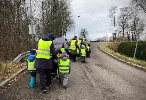PASS PÅ! Barnehagebarna får klar beskjed om å se opp når det dukker opp biler. Langs denne delen av Grevinneveien finnes det ikke noe trygt fortau å ferdes på.
