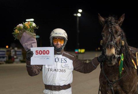 EN MILEPÆL: Eirik Høitomt nådde milepælen 5000 seire med Mietor på Bjerkebanen onsdag. Hesten var fjerde-rangert i spillet. Han hadde ikke vunnet løp siden september 2018.