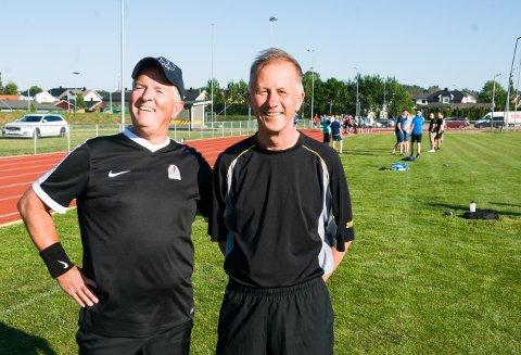 MYE MORO: - Det gode miljøet og alle de hyggelige bekjentskapene, sier veteranene Kjell Løchen (t.v.) og Rune Mikkelsen om hvorfor de har dømt fotballkamper i en mannsalder. De har ledet rundt 3.000 kamper hver i løpet av karrieren.