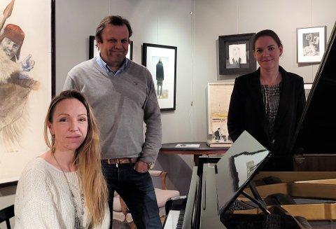 SAMARBEIDER: Nick Sandberg og Charlotte Svensen (bak) har fått hjelp av Sara Skorgan Teigen (foran) med å velge ut gjenstander fra auksjonen. Flygelet til Jahn er ett av objektene datteren gjerne skulle ha sett på et nytt Teigen-museum i Tønsberg.