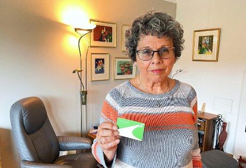 ALTERNATIVER: Solveig Myrstad mener VKT bør finne løsninger som gjør at eldre kan betale for billetten på bussen. – Nå foregår betaling av billetter via mobiltelefonen. Hele poenget her er at det finnes eldre mennesker som ikke kan betjene en mobiltelefon på denne måten. Da bør man ha andre alternativer, sier Myrstad.