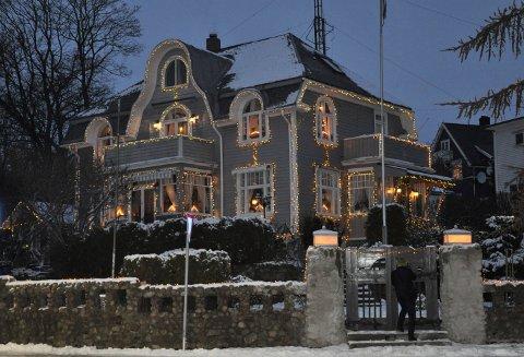 JULEHUSET: Det lyser vakkert hvert år i Dølebakken 1 når desembermørket faller på. Huset skal nå selges og det gjenstår å se om tradisjonen vil bestå.