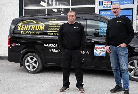NYE EIERE: Steinkjer Elektro-diesel har fått nye eiere og heter nå Sentrum bilservice Steinkjer, etter at Arne Alstad (til venstre) ble enig med Odd Magnar Fjellet og Sentrum bilservice (Namsos) om en avtale hvor namsosfirmaet kjøper alle aksjene i selskapet.